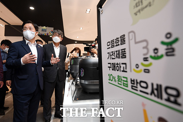 성윤모 산업통상자원부 장관(왼쪽)이 3일 오전 서울 용산구 전자랜드를 방문해 으뜸효율 가전제품 판매 상황을 점검하고 있다. /남용희 기자