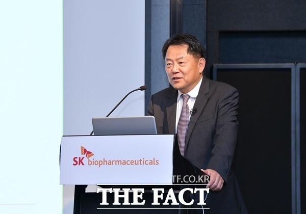 공모시장을 뜨겁게 달군 SK바이오팜이 코스피 시장에 상장한 가운데 개장과 동시에 상한가를 쳤다. 사진은 지난달 15일 온라인 IPO 기자간담회 발표에 나선 조정우 SK바이오팜 대표. /SK그룹 제공