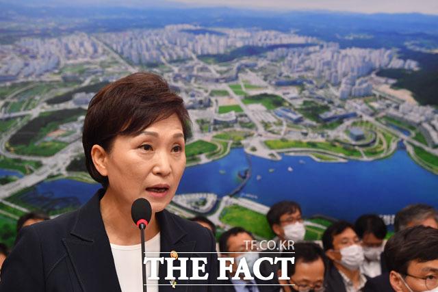 김현미 국토교통부 장관은 지난달 30일 문재인 정부가 다수의 부동산 정책을 내놓고도 집값 잡기에 실패했다는 지적에 대해 지난 6·17 대책이 4번째 부동산 정책이라고 말했다. /남윤호 기자