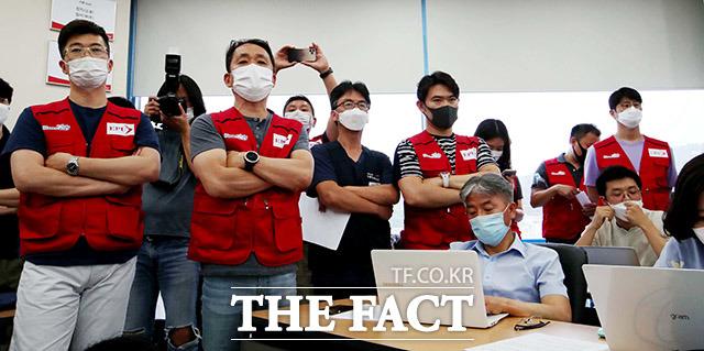 이스타항공 조종사 노조원들이 지난달 29일 열린 기자회견에서 근로자대표가 노조를 배제한 이들로 구성됐다며 반발했다. /이덕인 기자