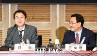 [TF사진관] 김웅 의원 바라보며 '아빠미소' 짓는 주호영 원내대표