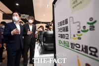 [TF포토] 으뜸효율 가전제품 살피는 성윤모 장관