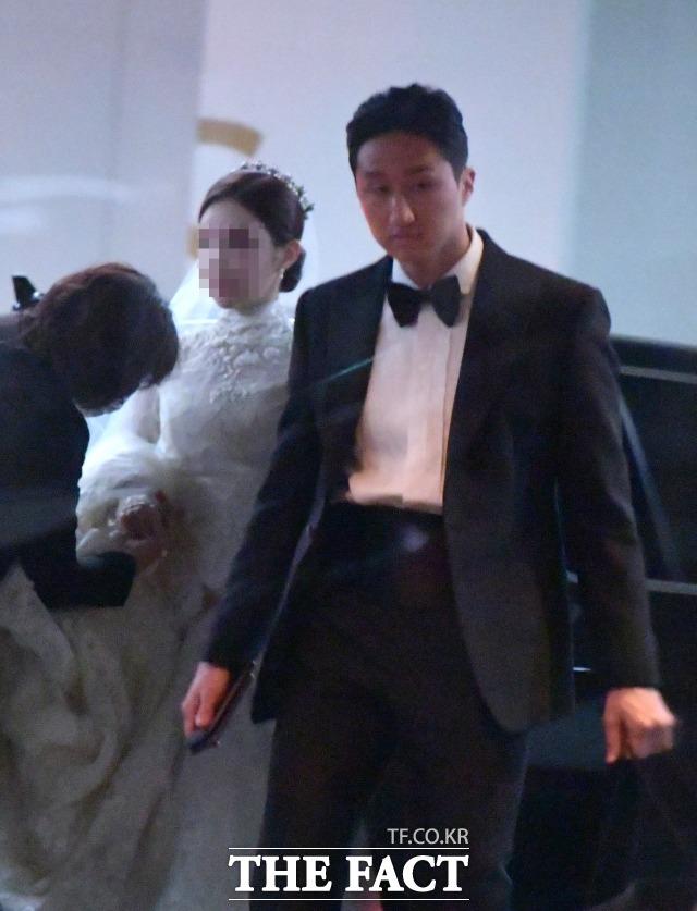 정기선 현대중공업지주 부사장(오른쪽)과 예비 신부가 4일 오후 서울 종로구 새문안로 포시즌스 호텔 결혼식장으로 들어서고 있다. /이덕인 기자