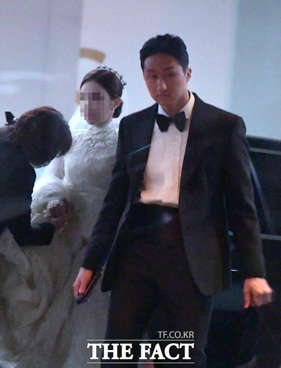 정기선 현대중공 부사장(오른쪽)과 예비 신부가 4일 오후 서울 종로구 새문안로 포시즌스 호텔 결혼식장으로 들어서고 있다. 정기선 부사장의 배우자는 명문대를 막 졸업한 교육자 집안 출신의 일반인 여성으로 알려졌다. /이덕인 기자