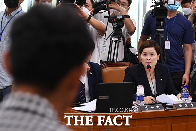 질의하는 임오경 더불어민주당 의원(오른쪽)