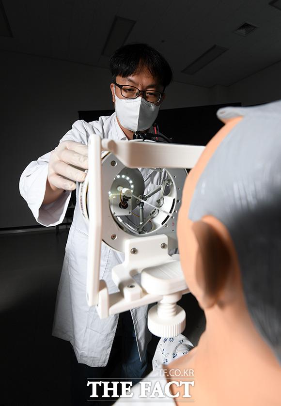 서준호 박사가 코로나19 검체 채취에 활용될 비대면 원격 검체 채취 로봇을 점검하고 있다.