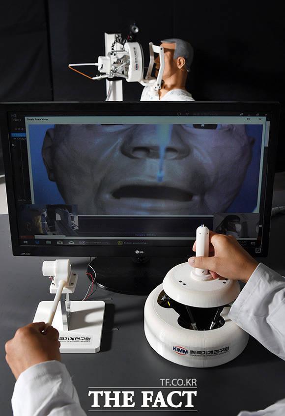 한국기계연구원 대구융합기술연구센터 서준호 박사팀이 지난달 26일 대구 달성군 대구융합기술연구센터에서 코로나19 비대면 원격 검체 채취 로봇을 시연하고 있다. /대구=임영무 기자