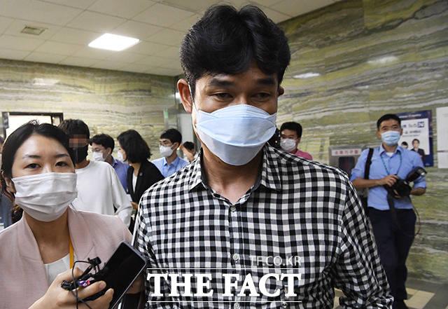 취재진 질문에 답변 없이 급하게 이동하는 김규봉 감독(오른쪽)
