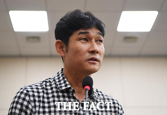 질의에 답변하는 김규봉 감독