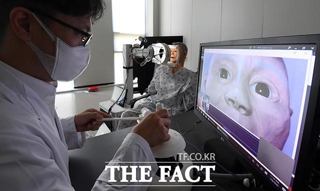 의료진과 의심환자는 서로 대면하지 않고 각자의 공간에서 원격 로봇의 도움을 받아 코로나19 확진 여부를 확인할 수 있는 검사를 받을 수 있다.