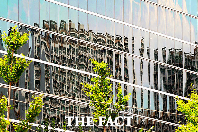 6일 오후 서울 송파구의 한 건물 외벽 유리에 반사된 건물이 비치고 있다. 이 건물은 건너편에 있는 한 아파트 단지로 빛의 굴절과 유리의 특성 때문에 본래의 모습과는 달리 왜곡된 형태로 바뀌었다. /이선화 기자