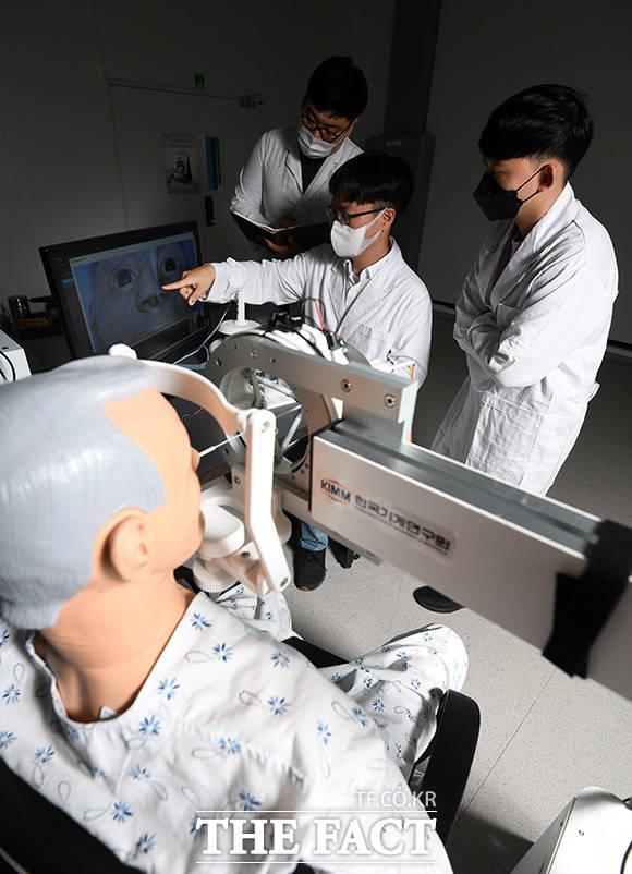 연구팀이 검체 로봇을 테스트를 진행하고 있다.