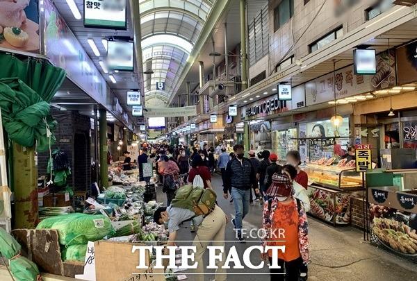 대한민국 동행세일 1주 차, 전통시장 매출액은 전주 대비 7.1% 신장한 38억6000만 원, 방문객은 5.2% 증가한 26만6054명을 기록했다. /이민주 기자