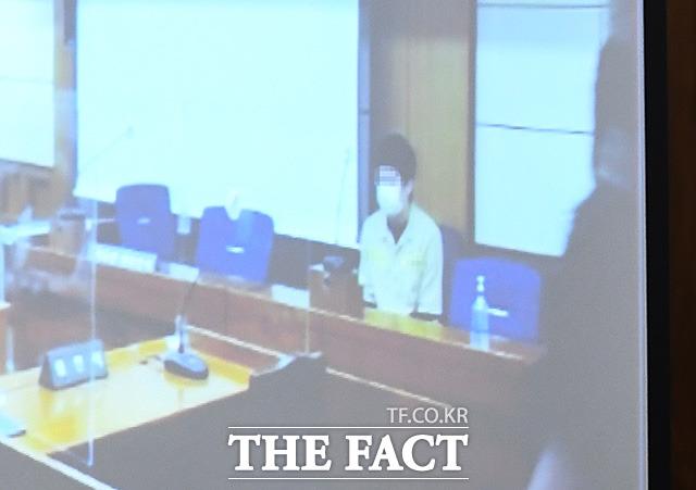 아동 성 착취 영상 유포 사이트인 웰컴투비디오를 운영한 혐의를 갖고 있는 손정우 씨의 미국 송환이 결정되는 16일 오전 서울 서초구 서울고등법원에서 손 씨가 피고인석에 앉아 대기하고 있다. /이동률 기자