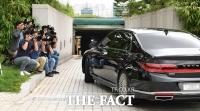 [TF사진관] '거취 입장 표명할까?'…출근하는 윤석열 검찰총장