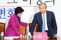 [TF포토] 김종인 위원장 자리 안내하는 조명희
