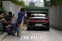 [TF포토] 주차장 들어가는 윤석열 총장 관용차