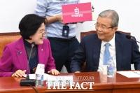 [TF포토] 대화 나누는 김종인-조명희
