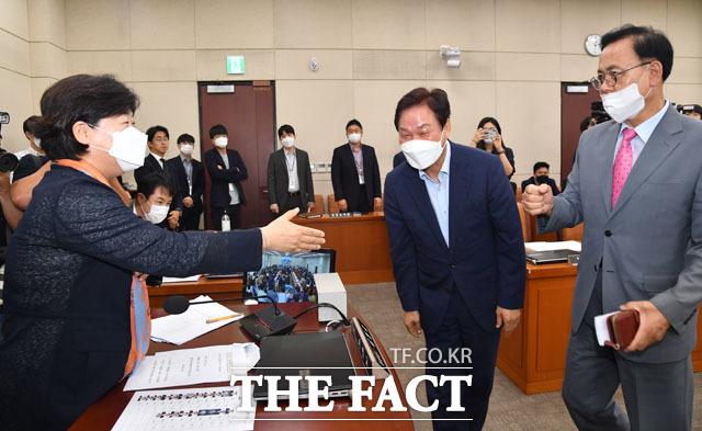 인사하는 서영교-박완수-이명수(왼쪽부터)