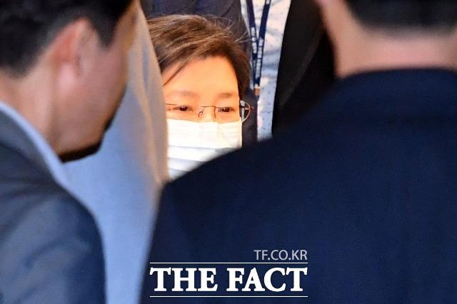 지난해 5월 박근혜 전 대통령이 서울 서초구 가톨릭대학교서울성모병원에서 진료를 받은 뒤 휠체어를 탄 채 나오고 있다. /남윤호 기자