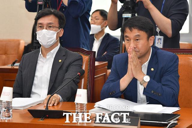 박완수 간사 발언 듣는 김민석(왼쪽)-한병도