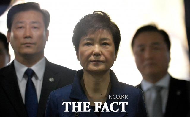 지난 2017년 박근혜 전 대통령이 구속 전 피의자심문(영장실질심사)를 받기 위해 서울 서초동 서울중앙지방법원으로 들어가고 있다. /사진공동취재단