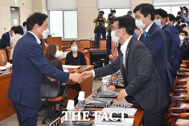 야당 간사로 내정된 미래통합당 소속 박완수 의원(왼쪽)