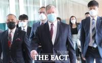 [TF포토] 외교부 청사로 이동하는 스티븐 비건