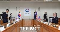 [TF포토] 외교부에서 회의 시작하는 스티븐 비건