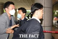 [TF포토] 취재진 뿌리치며 법원 들어서는 김웅