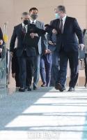 [TF사진관] 해리 해리스 대사와 함께 외교부로 이동하는 스티븐 비건