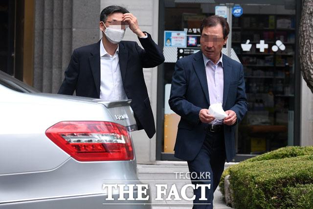 윤 총장과 함께 식사에 참석했던 검찰 관계자들이 식사를 마친 뒤 차로 이동하고 있다.