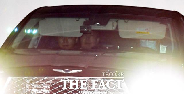 윤석열 검찰총장이 6일 오후 서울 서초구 대검찰청에서 관용차를 타고 주차장을 나서고 있다. /임세준 기자