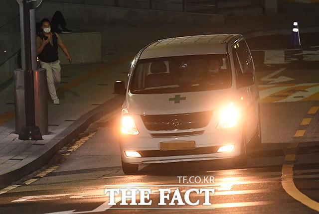 박원순 서울시장이 실종 뒤 사망한 10일 새벽 서울 종로구 서울대학교병원 응급의료센터에 박 시장의 시신을 수습한 구급차가 도착하고 있다./이동률 기자