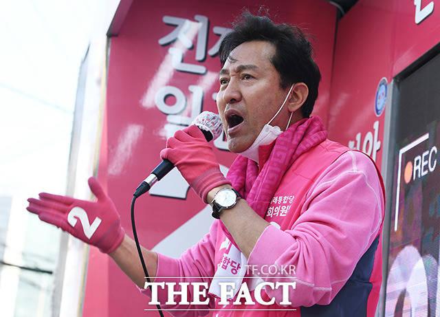 제21대 국회의원 선거를 하루 앞둔 4월 14일 오후 오세훈 미래통합당 광진을 후보가 서울 광진구 자양사거리 일대에서 유세를 펼치며 유권자들의 지지를 호소하고 있다./이동률 기자