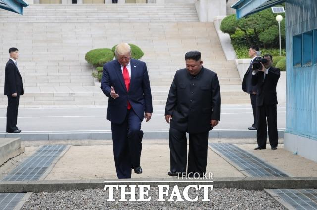 지난해 6월 30일 도널드 트럼프 미국 대통령과 김정은 북한 국무위원장이 판문점 공동경비구역(JSA) 군사분계선을 넘어 남측으로 걸어오는 모습. /뉴시스