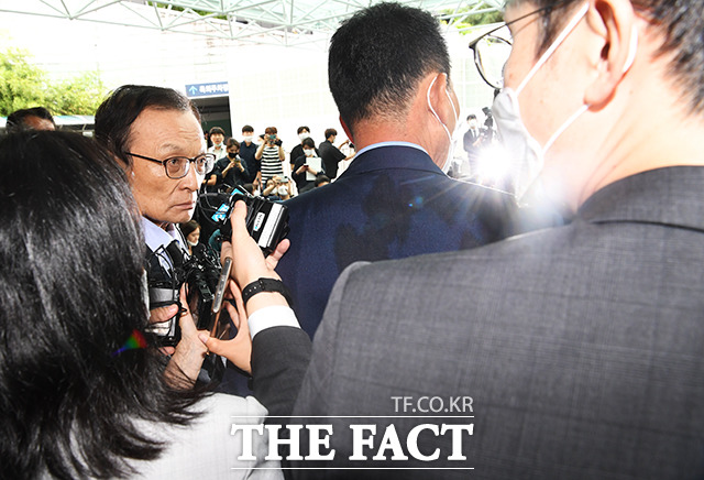 이해찬 더불어민주당 대표(왼쪽)가 10일 서울 종로구 서울대학교병원 장례식장에 마련된 고 박원순 서울시장의 빈소를 나서며 취재진의 질문에 화를 내고 있다. /배정한 기자