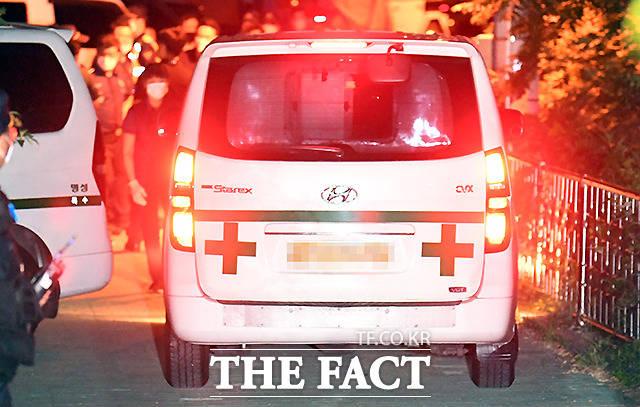 지난 9일 공관을 나와 연락이 두절됐던 박원순 서울시장이 가족의 실종 신고 7시간 만에 결국 숨진 채 발견된 가운데, 10일 새벽 북악산에서 고인의 시신이 수습되고 있다.  /이새롬 기자