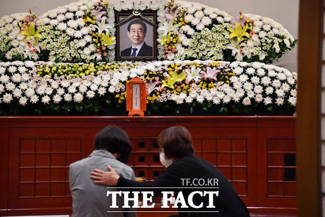 [박원순 서울시장이 지난 밤 비극적 선택으로 숨진 채 발견된 가운데 10일 오전 서울 종로구 연건동 서울대병원 장례식장에 박 시장 빈소가 마련되어 있다. /임세준 기자