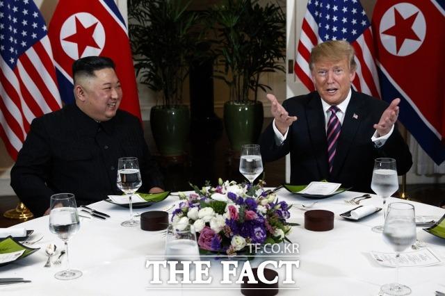 지난 2019년 2월 27일 트럼프 대통령과 김정은 위원장이 베트남 하노이 메트로폴 호텔에서 친교 만찬에 참석해 대화를 하며 웃는 모습. /하노이(베트남)=AP/뉴시스