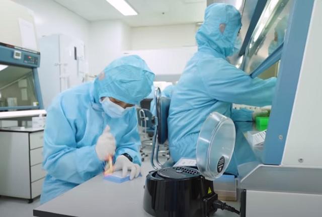 삼성전자는 코로나19 극복을 위한 지원 범위를 마스크·진단키트 제조사로 넓히고 원자재 수급 및 스마트 공장 구축에 앞장서고 있다. /삼성전자 뉴스룸 유튜브 영상 캡처