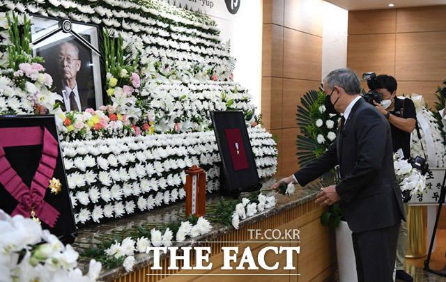 고 백선엽 장군의 빈소가 11일 오후 서울 송파구 서울아산병원 장례식장에 마련된 가운데 해리 해리스 주한미국대사가 조문을 하고 있다. /임세준 기자