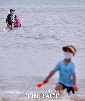 [TF사진관] 마스크 쓰고 '풍덩'…이색적인 해수욕장 풍경