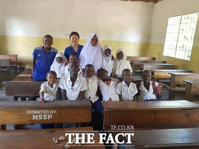 탄자니아 다르살렘 초등학교에서 방과 후 수업을 마치고 학생들과 기념촬영에 나선 이혜원 NGO 올인원 대표./탄자니아=NGO 올인원 제공