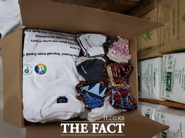 NGO 올인원 이혜연 대표가 직접 제작해 탄자니아 각지로 보내질 마스크와 코로나19 예방수칙이 쓰여진 홍보 티셔츠./탄자니아=NGO 올인원 제공