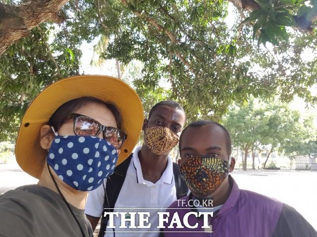 아프리카에 급속하게 확산된 코로나 위기 속에서도 지난 5월 한국 정부가 보낸 교민귀국용 특별기에 오르지않고 탄자니아에 남아 마스크 3,000장을 만들어 배포한 NGO 올인원 이혜원 대표가 현지 직원들과 함께 자신이 직접 제작한 마스크를 선보이고 있다./탄자니아=NGO 올인원 제공