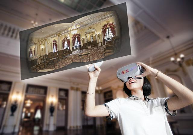 SK텔레콤 청소년 홍보 모델이 가상현실(VR) 기기를 착용하고 점프 VR 애플리케이션에서 덕수궁 석조전 접견실 내부를 360도 VR 영상으로 관람하고 있다. /SK텔레콤 제공