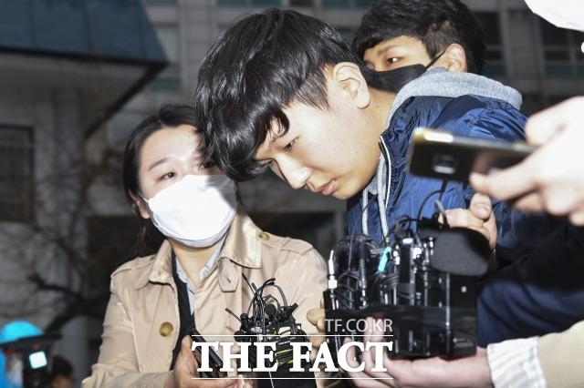 성 착취물을 제작하고 유포한 혐의로 재판에 넘겨진 조주빈의 공범 부따 강훈(19)이 추가 기소된 범죄집단 조직 혐의를 전면 부인했다. /이새롬 기자