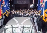 [TF포토] 떠나는 운구차량에 경례 하는 정경두 국방부 장관
