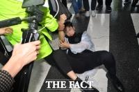 [TF포토] 바닥에 쓰러진 보수단체 청년